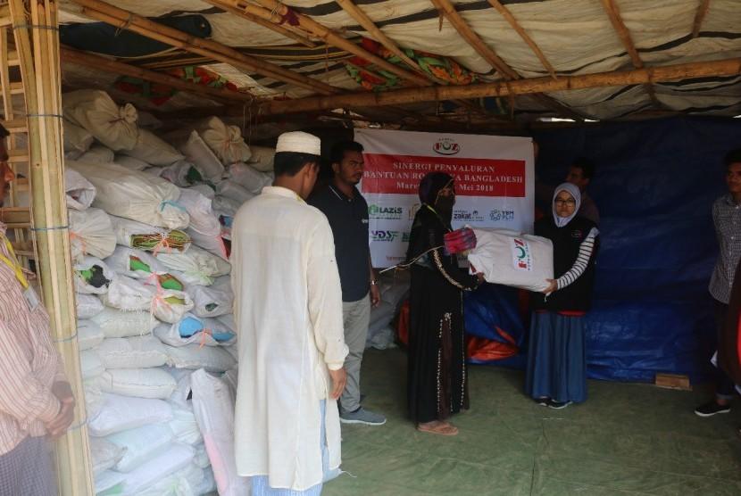 Forum Zakat (FOZ) bersama PKPU Humah Initiative menyalurkan bantuan solar panel, tikar serta kelambuntuk keluarga pengungsi baru Rohingya yang melintasi perbatasan pada 10 hari pertama Februari 2018.
