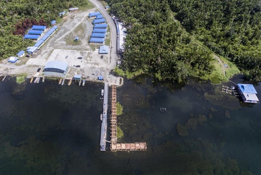 Foto aerial pembangunan dermaga di kawasan Khalkote, Jayapura, Papua, Senin (13/11). Kawasan Khalkote di danau Sentani akan menjadi pusat kemeriahan pelaksanaan olahraga air pada PON 2020 di Papua.