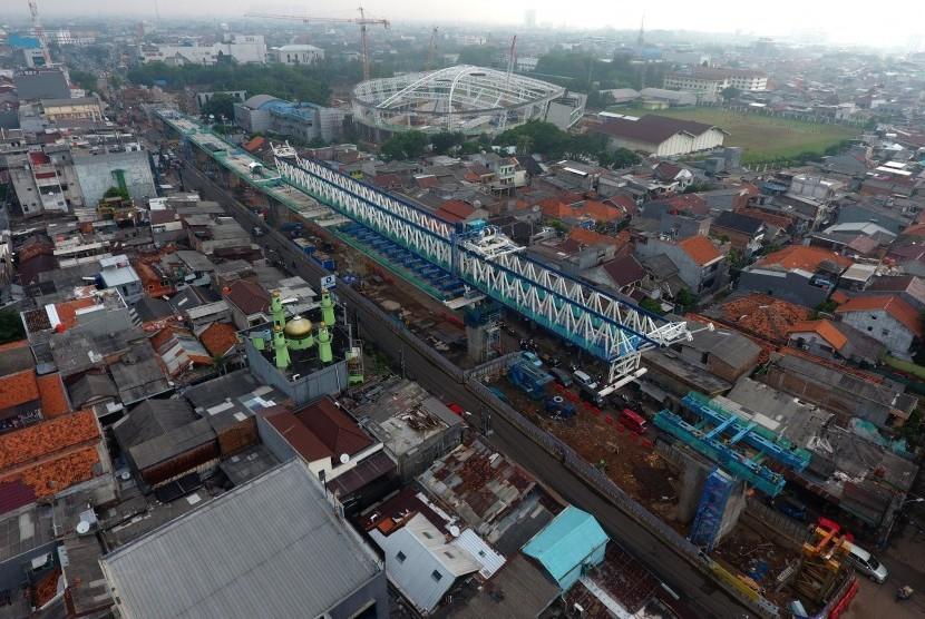 Foto aerial pembangunan jalur LRT (Light Rail Transit) Koridor Velodrome - Kelapa Gading di Rawamangu, Jakarta, Senin (9/10).