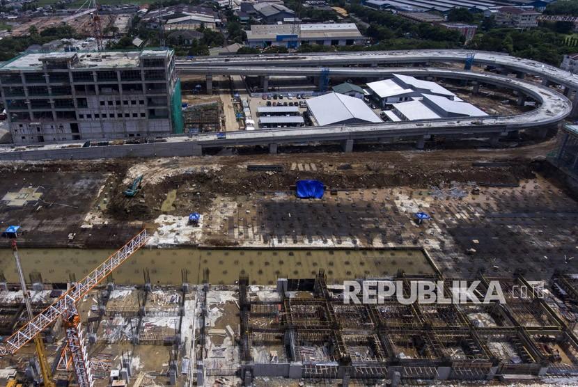 Foto aerial proyek pembangunan depo Light Rail Transit (LRT) di Kelapa Gading, Jakarta, Selasa (16/1).