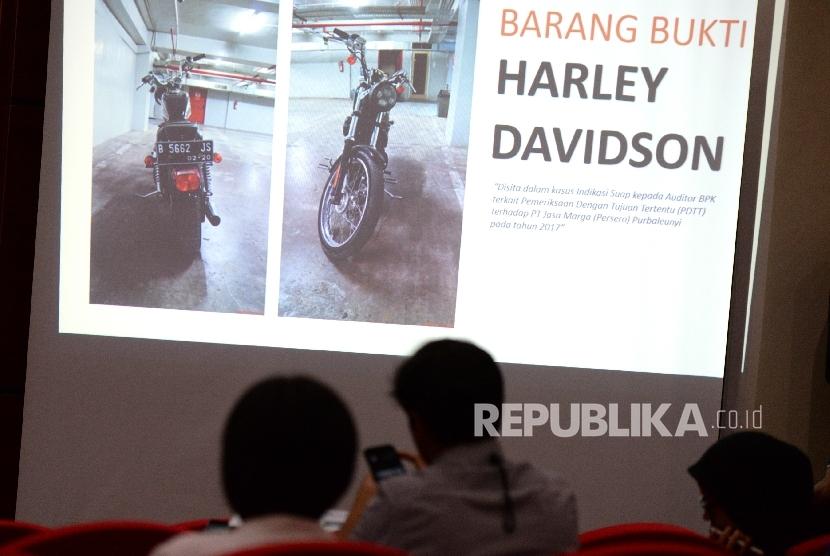 Foto barang bukti motor Harley Davidson ditampilkan saat konferensi pers dgaan korupsi Auditor BPK di KPK, Jakarta, Jumat (22/9).