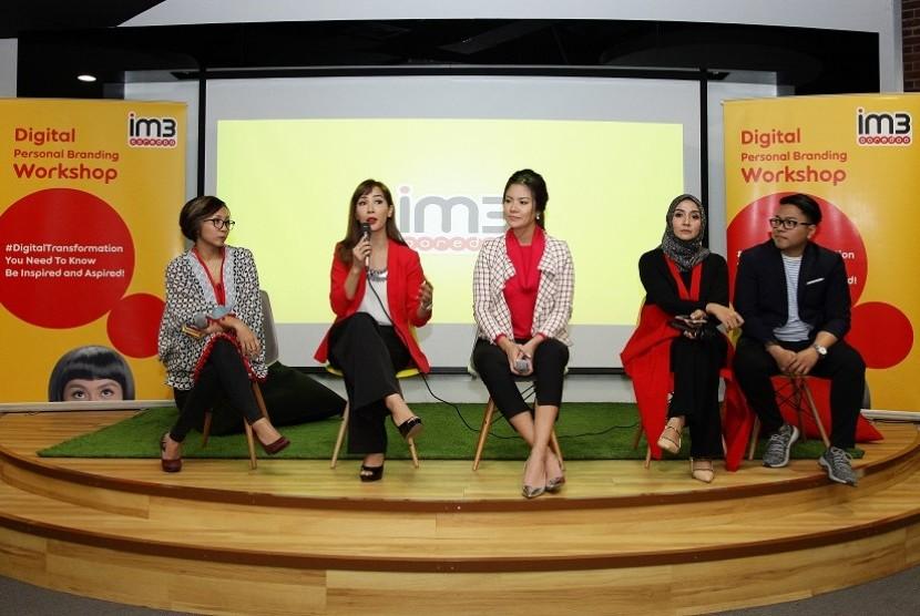 Foto Fidesia, Nadia, Aline, Intan, Romano dalam workshop Digital Personal Branding