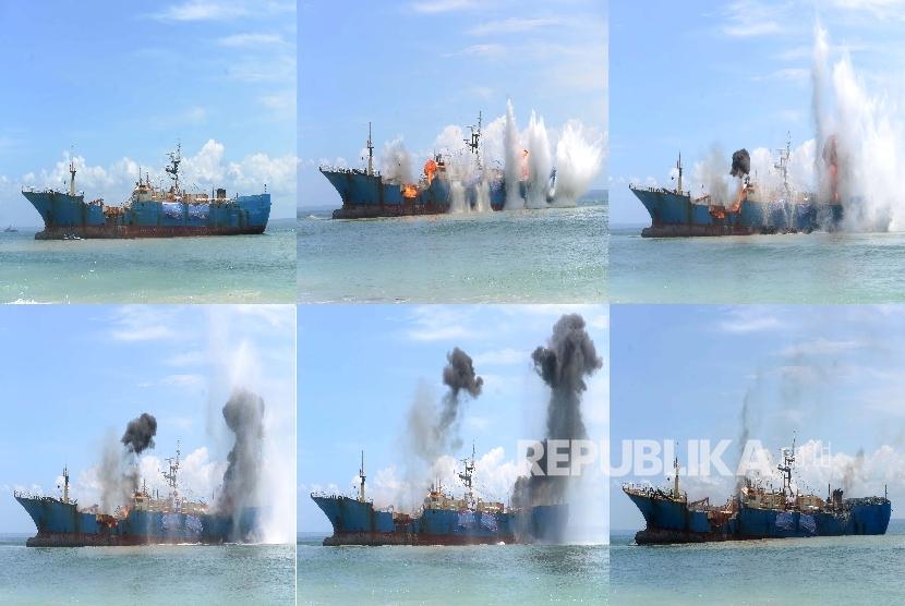 [Ilustrasi] Foto kolase peledakan Kapal FV Viking oleh Kopaska TNI AL di Pantai Barat Pangandaran, Jawa Barat, Senin (14/3).  (Republika/Wihdan)