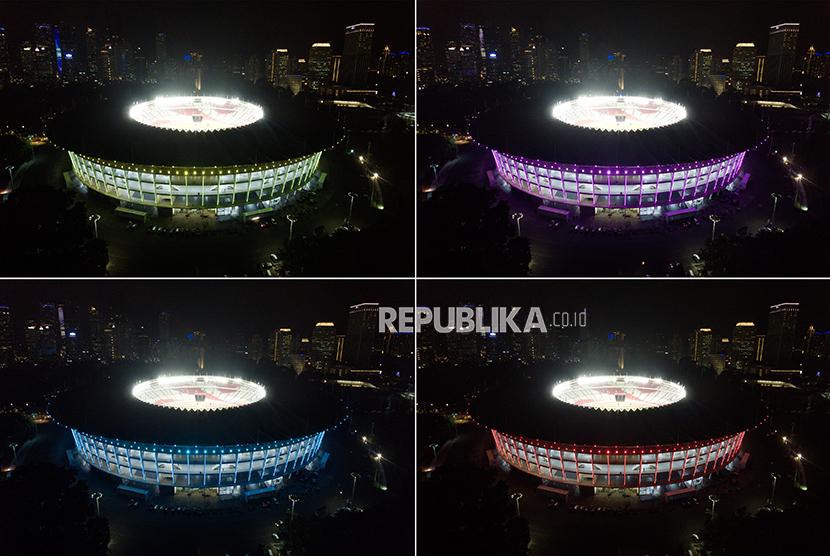 Foto kombo Stadion Utama Gelora Bung Karno (SUGBK) diterangi cahaya lampu warna warni, di Jakarta, Jumat (12/1).