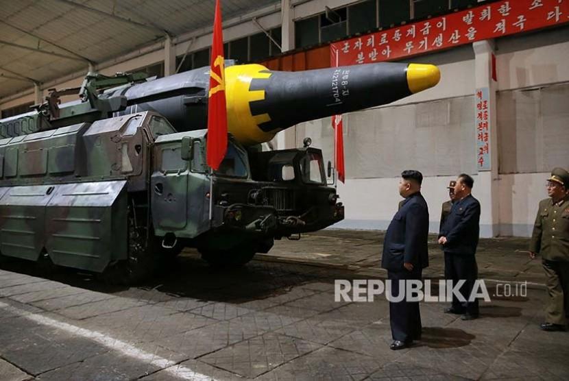 Foto rilis dari pemerintah Korea Utara menggambarkan Kim Jong Un meninjau percobaan rudal balistik jarak jauh  Hwasong-12 (Mars-12) diluncurkan militer Korea UtaraKC