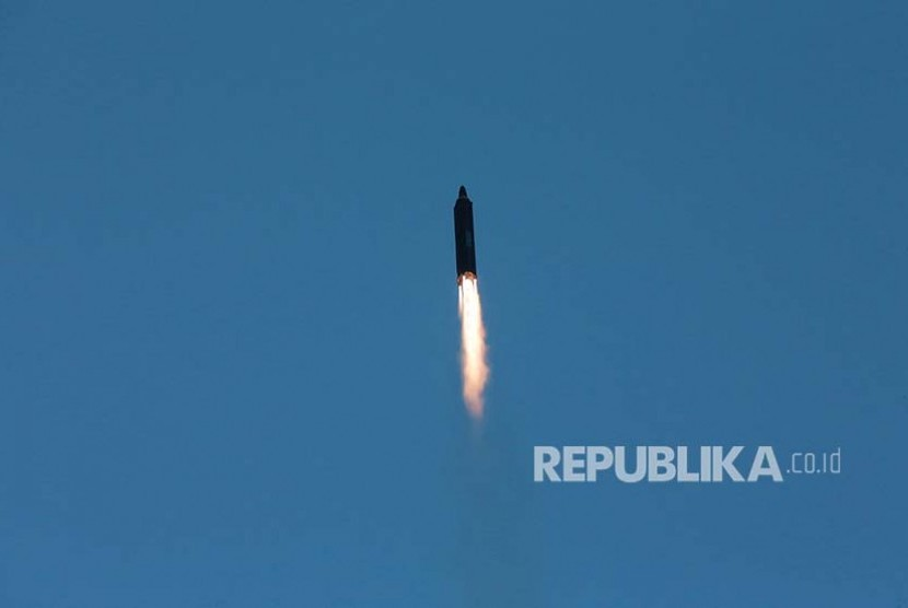 Foto rilis dari pemerintah Korea Utara menggambarkan upaya percobaan rudal balistik jarak jauh  Hwasong-12 (Mars-12) diluncurkan militer Korea Utara