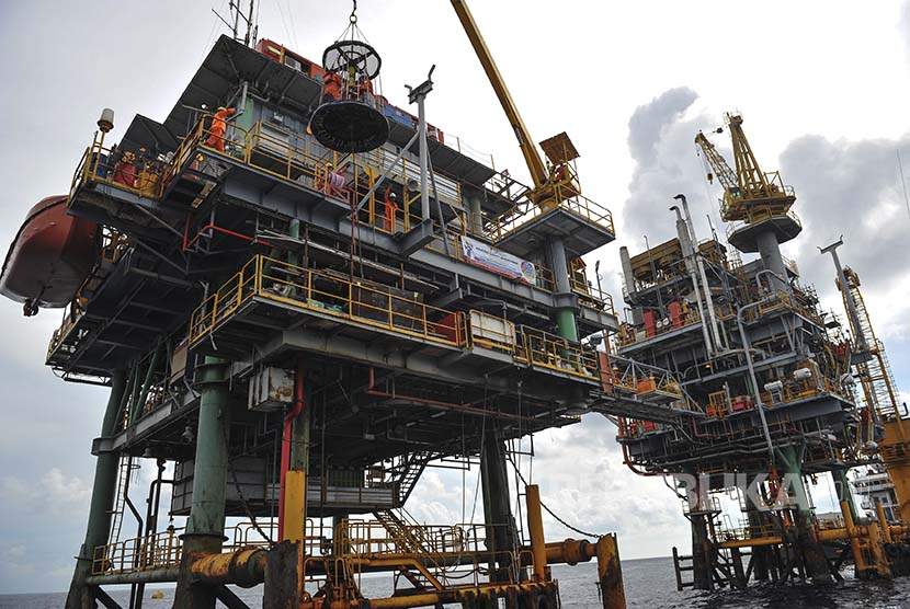 Foto suasana aktivitas di anjungan lepas pantai Pertamina Hulu Energi (PHE) 5 di Perairan Madura, Jawa Timur, Rabu (12/10). PHE 5 tersebut merupakan anjungan yang sebelumnya memproduksi gas dan kini beralih fungsi menjadi Central Processing Platform yang m