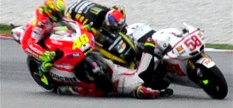 Foto tragis yang memperlihatkan kecelakaan fatal Marco Simoncelli, Ahad, di Sirkuit Sepang