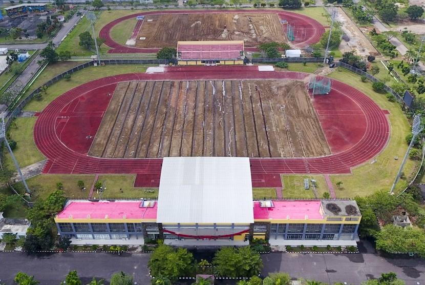 Foto udara arial renovasi pembangunan arena Atletik yang ada di komplek olahraga Jakabaring Sport City (JSC), Palembang, Sumatera Selatan, Rabu (5/7).