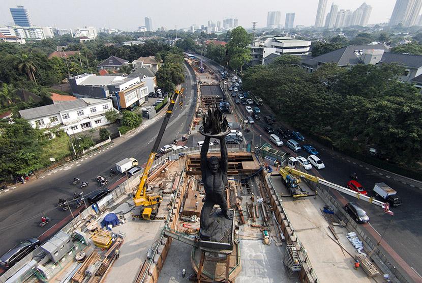Foto udara pembangunan infrastruktur Mass Rapid Transit (MRT) di kawasan Patung Pemuda Membangun, Bundaran Senayan, Jakarta, Jumat (3/7).  (Antara/Sigid Kurniawan)