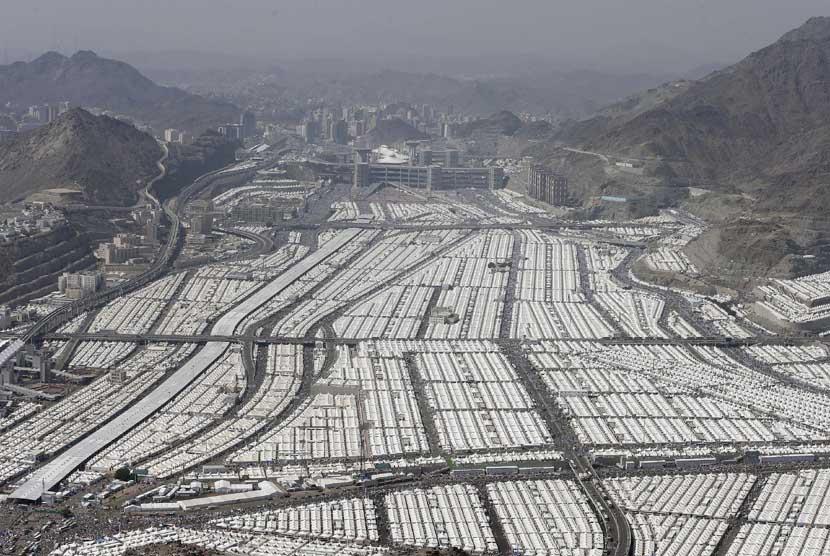 Foto udara yang diambil dari helikopter, menunjukkan ribuan tenda pemondokan jamaah haji di Mina, Sabtu (27/10).   (Hassan Ammar/AP)