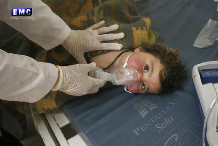 Foto yang diambil kelompok antipemerintah Suriah Edlib Media Center yang telah diautentifikasi menunjukkan dokter menangani seorang anak menyusul dugaan serangan kimia di Kota Khan Sheikhoun, Idlib, Suriah, 4 April 2017.