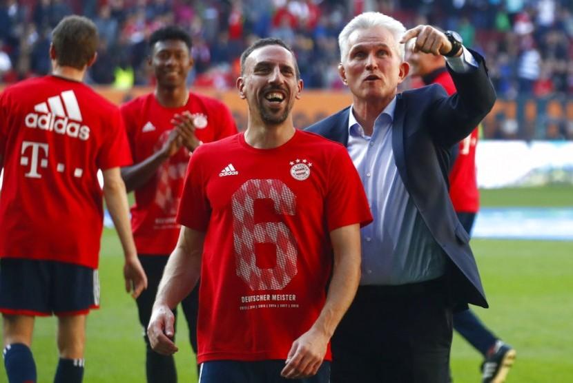 Franck Ribery (kiri) bersama pelatih Bayern Muenchen Jupp Heynckess merayakan gelar ke-28 Die Roten pada Bundesliga.