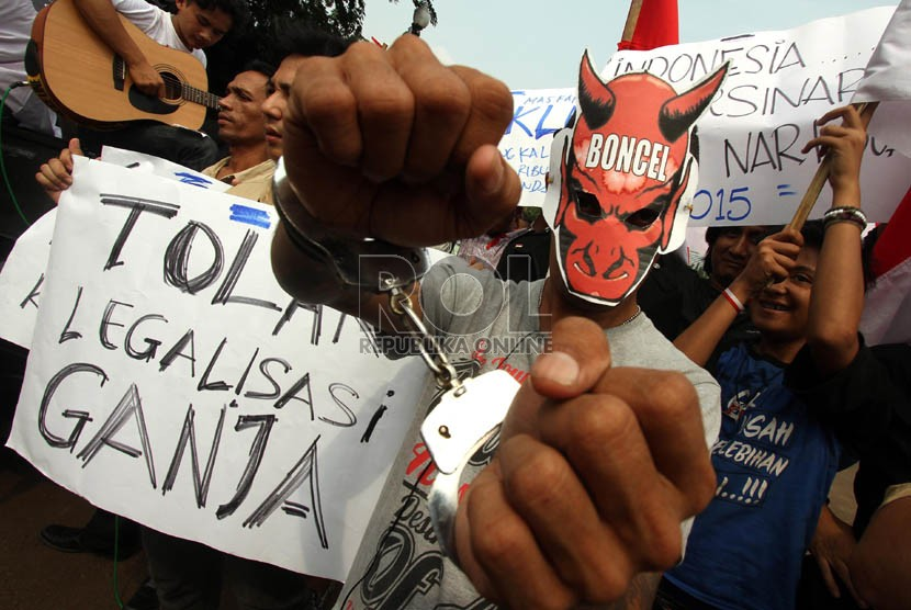 Gabungan aktivis anti narkoba menggelar aksi teatrikal dalam rangka bulan keprihatinan korban narkoba di depan Istana Negara, Jakarta, Jumat (10/5).