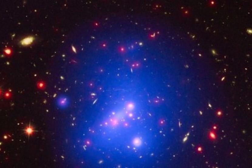 Galaksi IDC 1426 terletak 10 miliar tahun cahaya dari Bumi dan memiliki berat hampir sebesar 500 triliun kali Matahari.