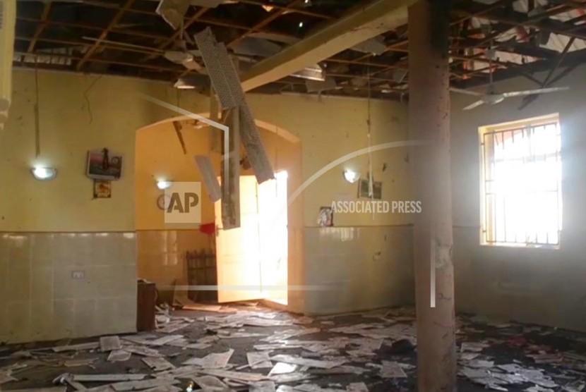 Gambar ini diambil dari TV, menunjukkan interior masjid setelah serangan mematikan oleh seorang pembom bunuh diri, di Mubi, Adamawa State, Nigeria, pada Selasa 21 November 2017. Seorang remaja melakukan aksi bom bunuh diri saat jamaah berkumpul untuk shalat subuh di masjid di Nigeria timur laut pada Selasa (1/5), dan menewaskan sedikitnya 50 orang.