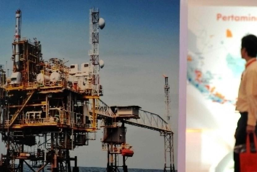 Gambar instalasi pengeboran minyak lepas pantai dipajang salah satu stan saat pameran Indonesian Petroleum Association (IPA) di Jakarta Convention Center.