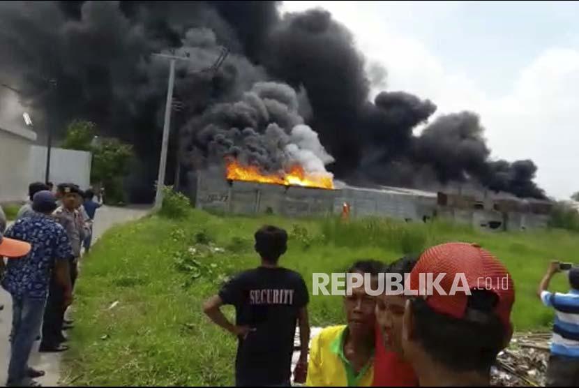 Gambar video warga saat kebakaran terjadi di gudang kembang api, Kosambi, Tangerang.