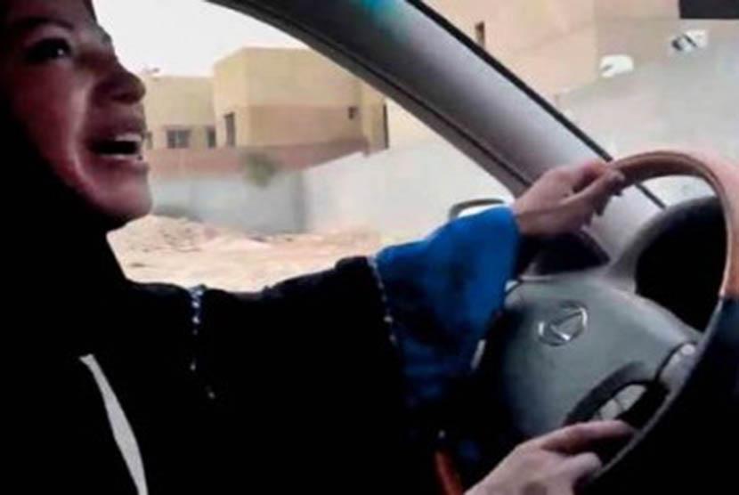 Gambar yang diambil dari YouTube yang menampilkan perempuan Saudi sedang menyetir mobilnya.