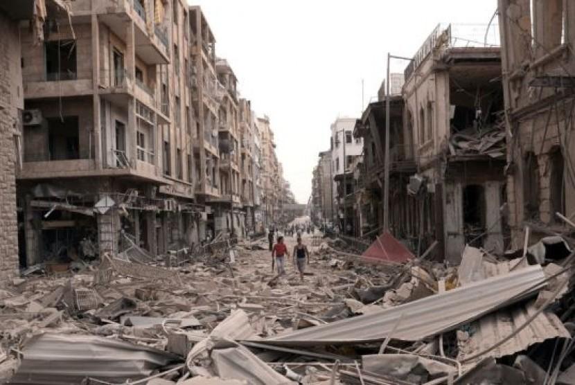 Gedung-gedung di dekat Lapangan Saadallah al-Jabri kota Aleppo, Suriah hancur akibat ledakan bom hari Rabu (3/10).
