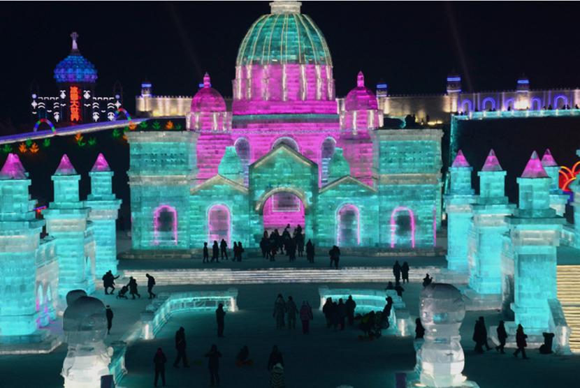 Gedung pahatan es yang dipajang di Festival Pahatan Es di Cina.