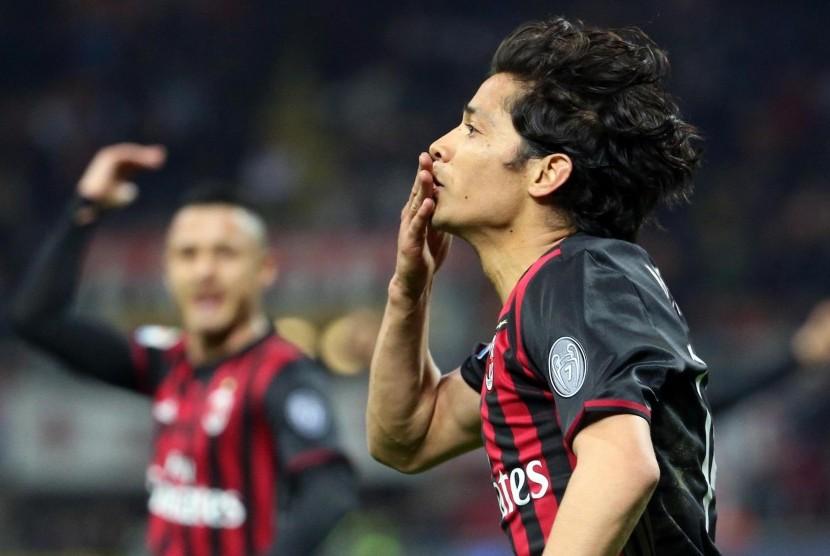 Gelandang AC Milan, Mati Fernandez merayakan golnya ke gawang Genoa pada laga Serie A di San Siro, Ahad (19/3) dini hari WIB. Milan menang 1-0.