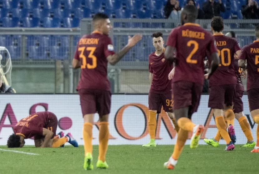 Gelandang AS Roma, Mohamed Salah (kiri) bersujud syukur seusai mencetak gol ke gawang Sassuolo pada laga Serie A di Olimpico, Ahad (19/3). Roma menang 3-1.