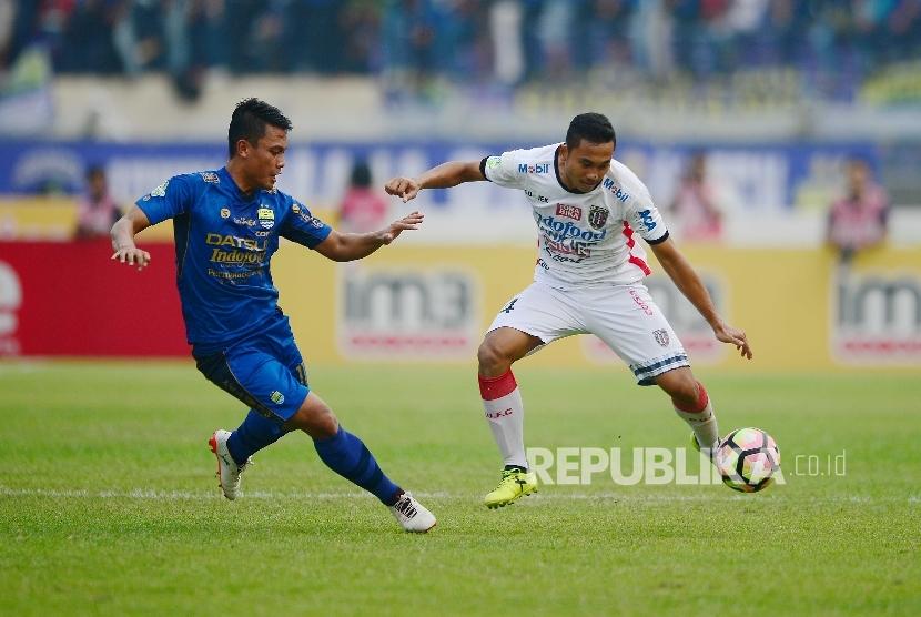 Gelandang Bali United Ricky Fajrin Saputra dihadang bek Persib Bandung Dedi Kusnandar pada pertandingan Gojek Traveloka Liga 1 antara Persib Bandung melawan Bali United, Kamis (21/9) di Stadion Si Jalak Harupat, Kab Bandung. Pertandingan tersebut berakhir imbang 0-0.