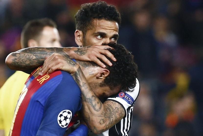 Gelandang Barcelona, Neymar Jr (kiri) menangis di pelukan bek Juventus, Dani Alves seusai leg kedua perempat final Liga Champions di Camp Nou, Kamis (20/4) dini hari WIB. Juve menang agregat 3-0.