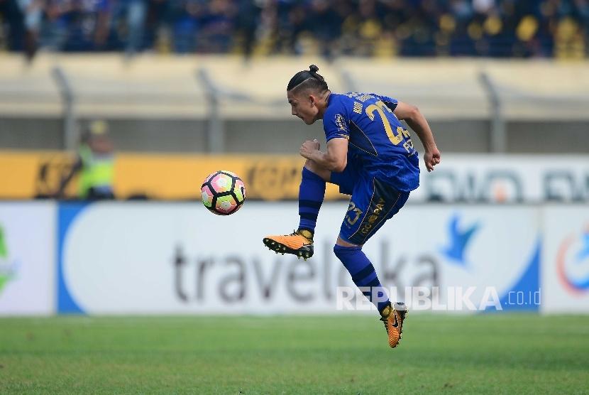 Gelandang bertahan Persib Bandung Kim Kurniawan menahan bola pada pertandingan Gojek Traveloka Liga 1 antara Persib Bandung melawan Bali United, Kamis (21/9) di Stadion Si Jalak Harupat, Kab Bandung. Pertandingan tersebut berakhir imbang 0-0.