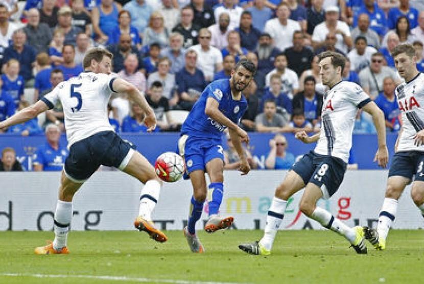 Gelandang Leicester City Riyad Mahrez (tengah) saat mencetak gol ke gawang Tottenham Hotspur.