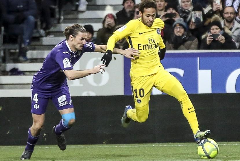Gelandang Paris Saint-Germain, Neymar Jr (kanan) dalam aksinya melawan Toulouse di Stadion Municipal, Sabtu (10/2) malam WIB. PSG menang 1-0.