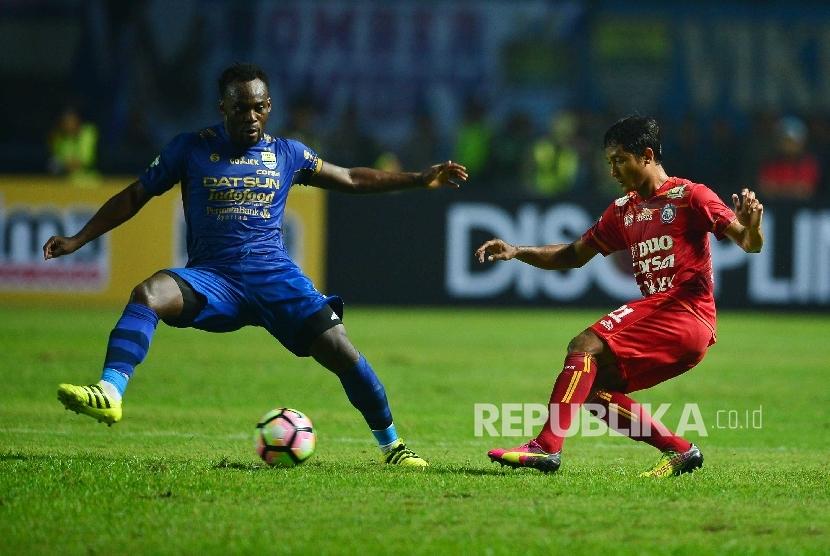 Gelandang Persib Bandung Michael Essien dibayangi Gelandang Arema FC, Nasir dalam pertandingan Gojek Traveloka Liga 1 di Stadion Gelora Bandung Lautan Api, Bandung, Sabtu (15/4). Pertandingan tersebut berakhir imbang tanpa gol.