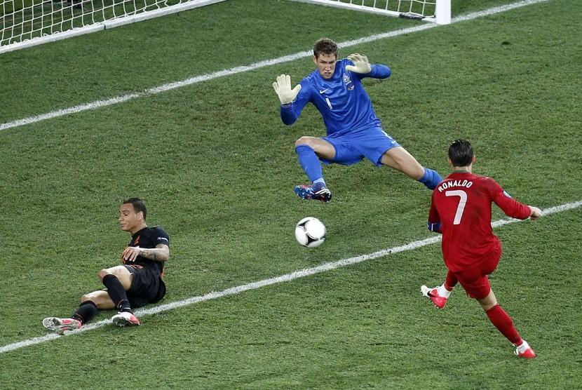 Gelandang Portugal Cristiano Ronaldo membuktikan kualitas permainannya dengan mencetak dua gol, sekaligus memaksa Belanda angkat koper dalam pertandingan di Grup B di Metalist Stadium, Ahad (17/6).   (Matthias Schrader/AP)