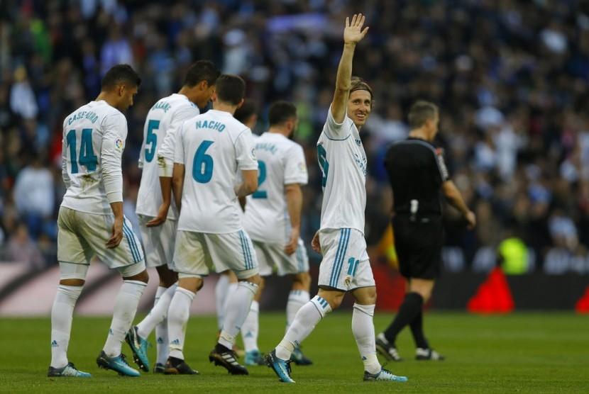 Gelandang Real Madrid, Luka Modric merayakan golnya ke gawang Deportivo La Coruna pada laga La Liga di Santiago Bernabeu, Ahad (21/1). Madrid menang 7-1.