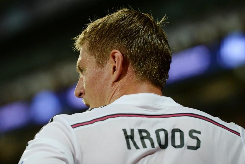 Gelandang Real Madrid, Toni Kroos saat mengambil sepak pojok dalam sebuah laga Madrid.
