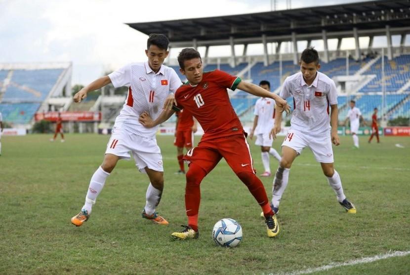 Gelandang serang timnas U-19 Egy Maulana Vikri menggiring bola melewati pemain Vietnam.