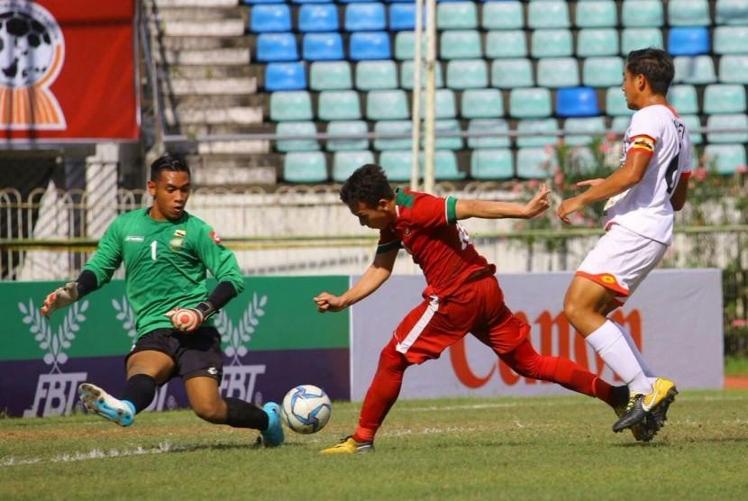 Gelandang Timnas Indonesia U-19, Egy Maulana Vikry (tengah) beraksi pada laga Piala AFF U-18 melawan Brunei di Yangon, Myanmar, Rabu (13/9). Indonesia menang 8-0 pada laga ini.