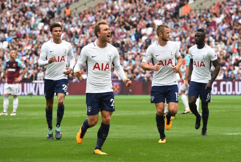Gelandang Tottenham Hotpsur, Christian Eriksen (kedua kiri) merayakan golnya ke gawang West Ham United pada laga Liga Primer Inggris, di Stadion Olimpiade, London, Sabtu (23/9). Spurs menang 3-2 pada laga ini.