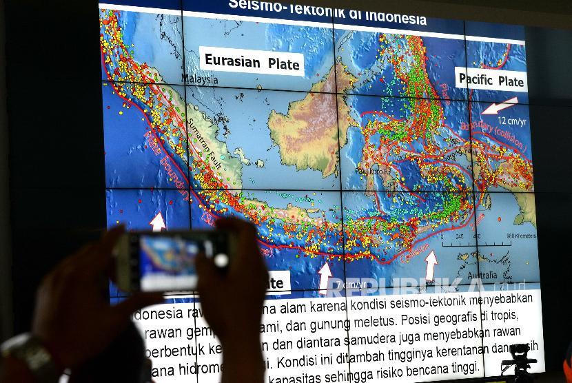 Gempa Tasikmalaya. Pola lempeng bumi Indonesia ditampilkan saat paparan terkait penanganan bencana gempa Tasikmalaya di Graha BNPB, Jakarta, Sabtu (16/12).