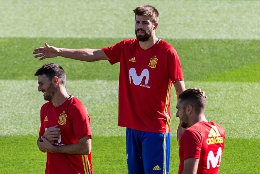 Gerard Pique (tengah) saat menjalani latihan bersama timnas Spanyol di Las Rojaz, Madrid, Selasa (3/10).