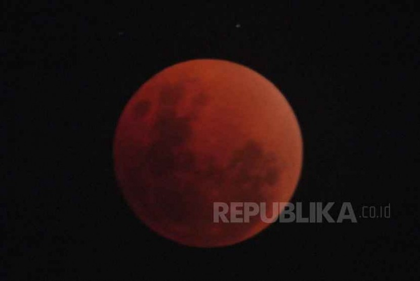 Gerhana bulan Supermoon tampak dari kawasan Warung Buncit, Jakarta Selatan, Rabu (31/1).