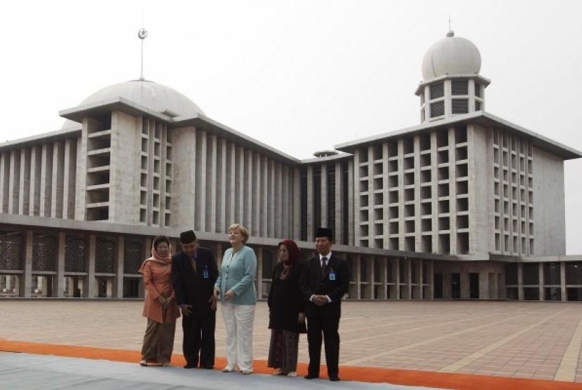 Perdana Menteri Jerman Angela Merkel (tengah) di Masjid Istiqlal ketika berkunjung ke Indonesia Juli tahun  lalu. (Reuters/Beawiharta)