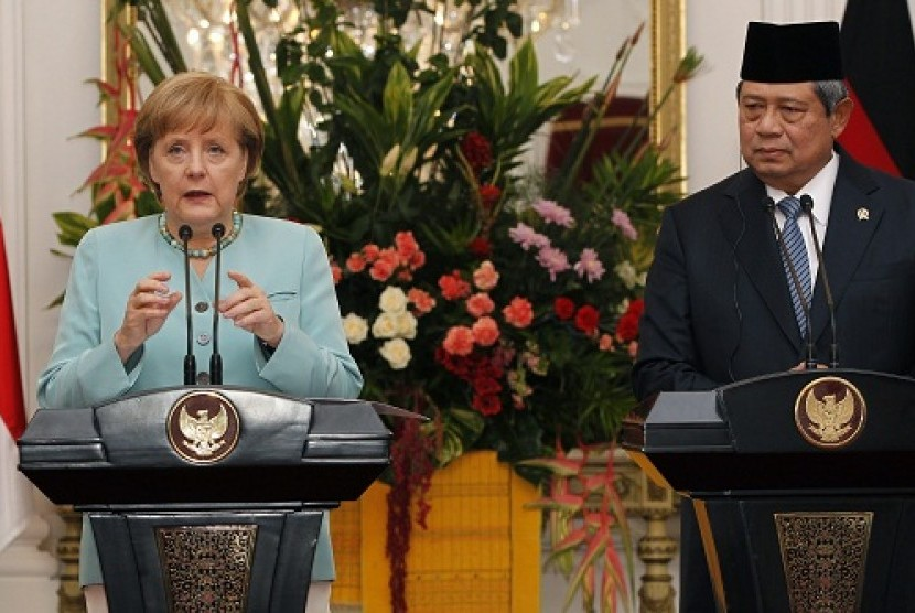 German Chancellor Angela Merkel inspects the honour guard during a state welcoming ceremony at the Merdeka palace in Jakarta July 10, 2012. Merkel is in Indonesia for a two-day state visit.