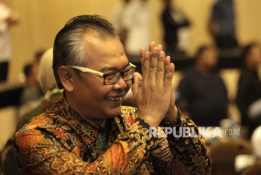 Gestur Mohammad Saleh kepada audiens setelah  terpilih sebagai  Ketua DPD RI pada rapat Paripurna Luar Biasa DPD, Nusantara V Gedung Parlemen, Senayan, Jakarta, Selasa (11/10).