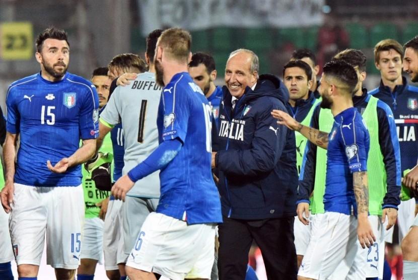 Giampiero Ventura (tengah) bersama para pemain timnas Italia.