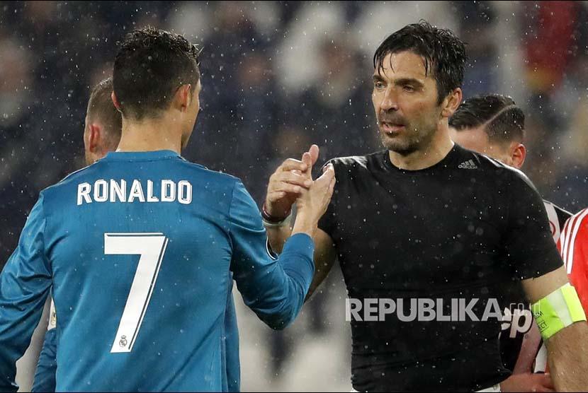 Gianluigi Buffon menyalami Cristiano Ronaldo usai leg pertama perempat final  Champions League Eropa antara Juventus and Real Madrid, di Juventus Stadium, Turin, Itali, Rabu (4/3) dini hari.