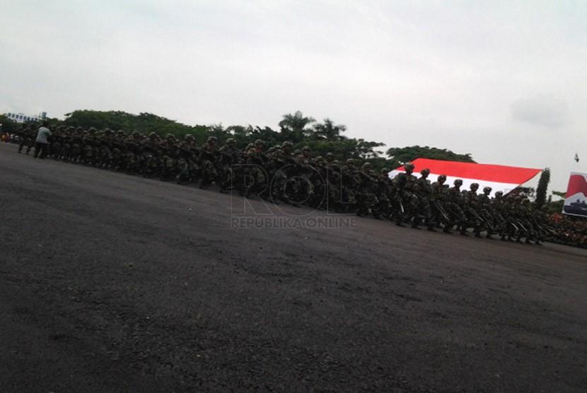 Gladi resik peringatan Hari Juang Kartika di Kodam V/Brawijaya, Surabaya, Sabtu (14/12). (Republika/Agung Sasongko)
