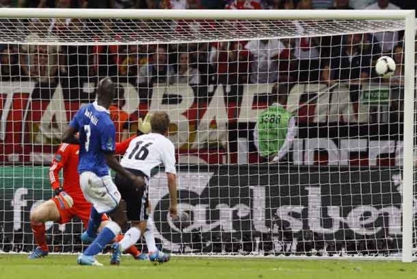GOl kedua dari Balotelli menjebol gawang Jerman dalam laga semifinal antara Italia melawan Jerman di Warsawa, Polandia, Jumat (29/6) dini hari WIB.