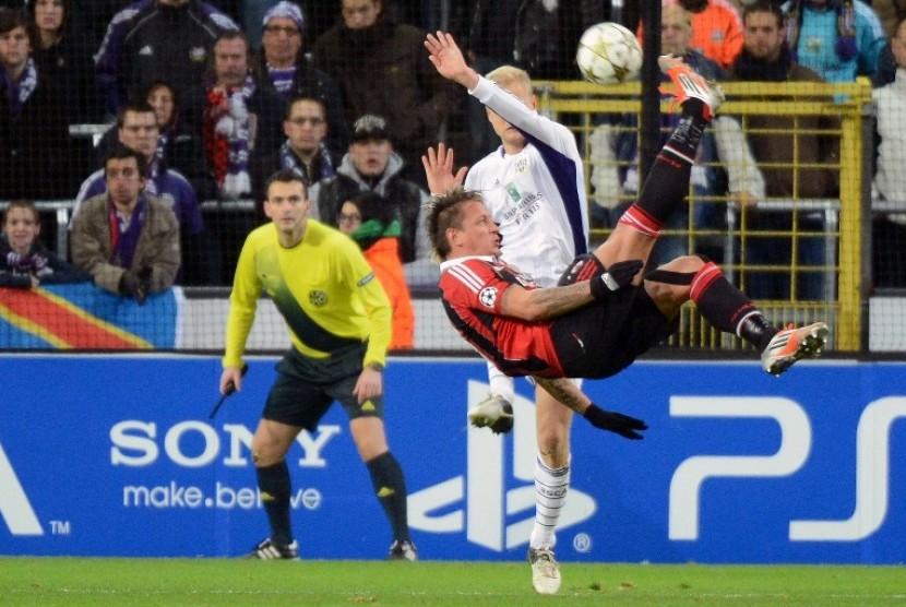 Gol Salto Philippe Mexes mengantar Milan lolos babak 16 besar Liga Champions setelah menghempaskan Anderlecht 3-1